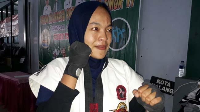 Vina Indah Permana, atlet tarung derajat Kota Malang, meraih medali emas. (gie)
