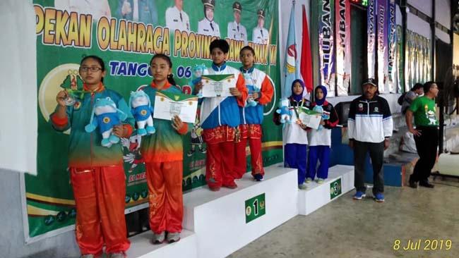 Aqila dan Asma', adiknya saat menerima medali emas. (Ist)